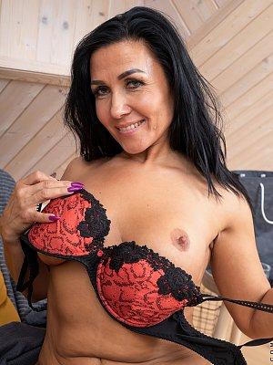 Very Sexy Mature Woman Posing